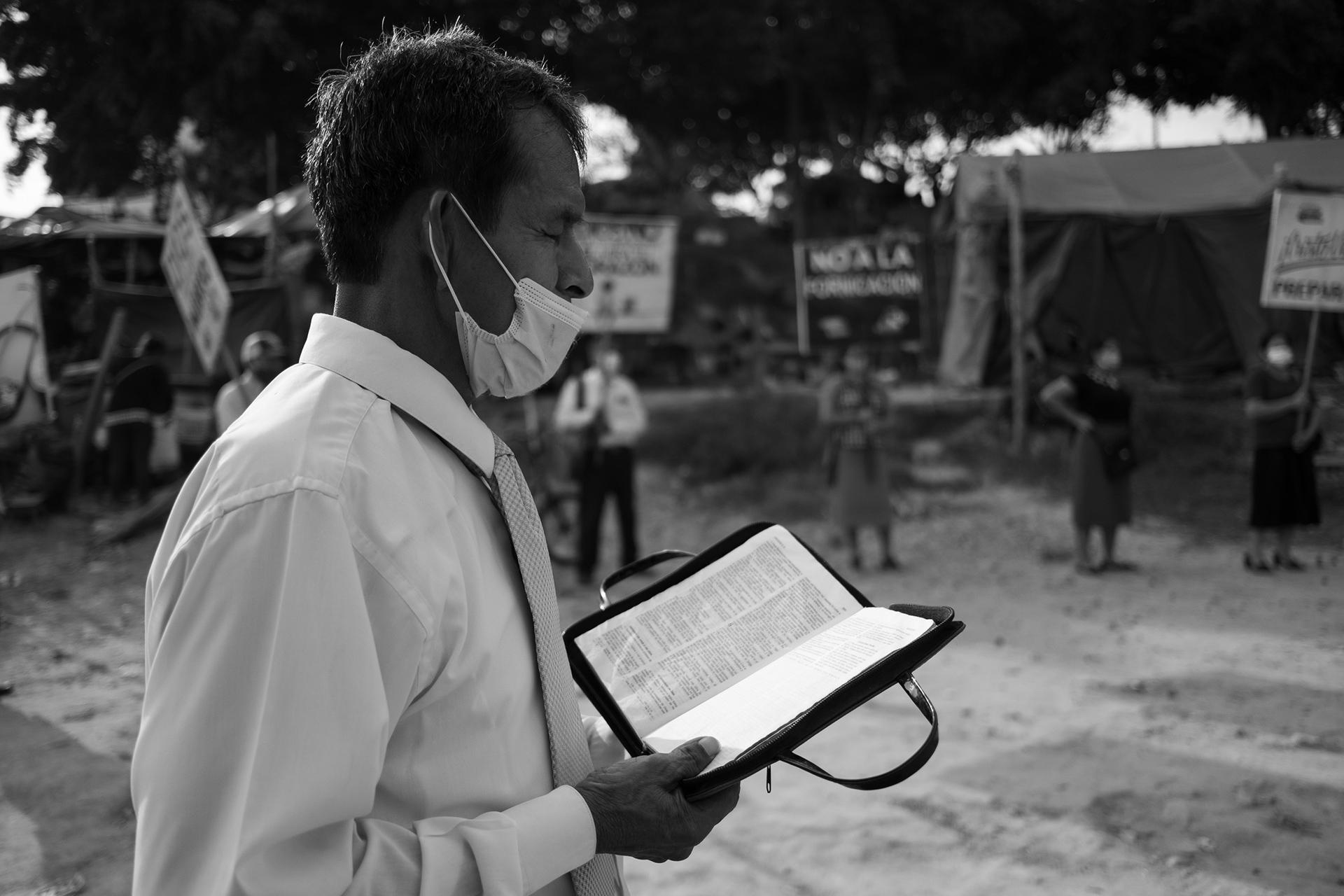 Un predicador evangelista dando misa en el puerto de la ciudad de Pucallpa