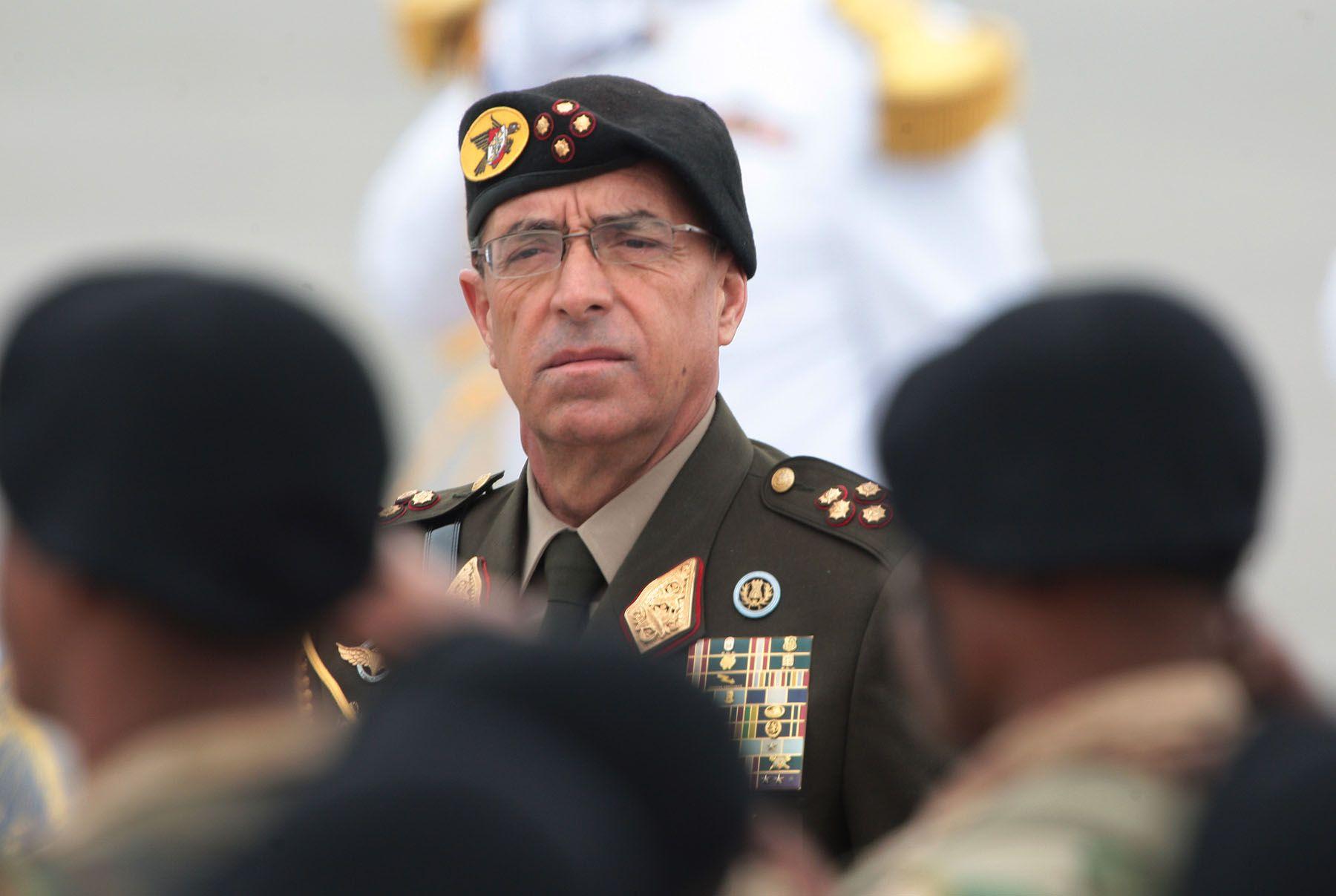 Edwin Donayre fue comandante general del Ejército entre el 2006 y 2008. Postuló por primera vez y sin éxito al congreso en el 2011. En el 2016 es elegido congresista partidario de Fuerza Popular