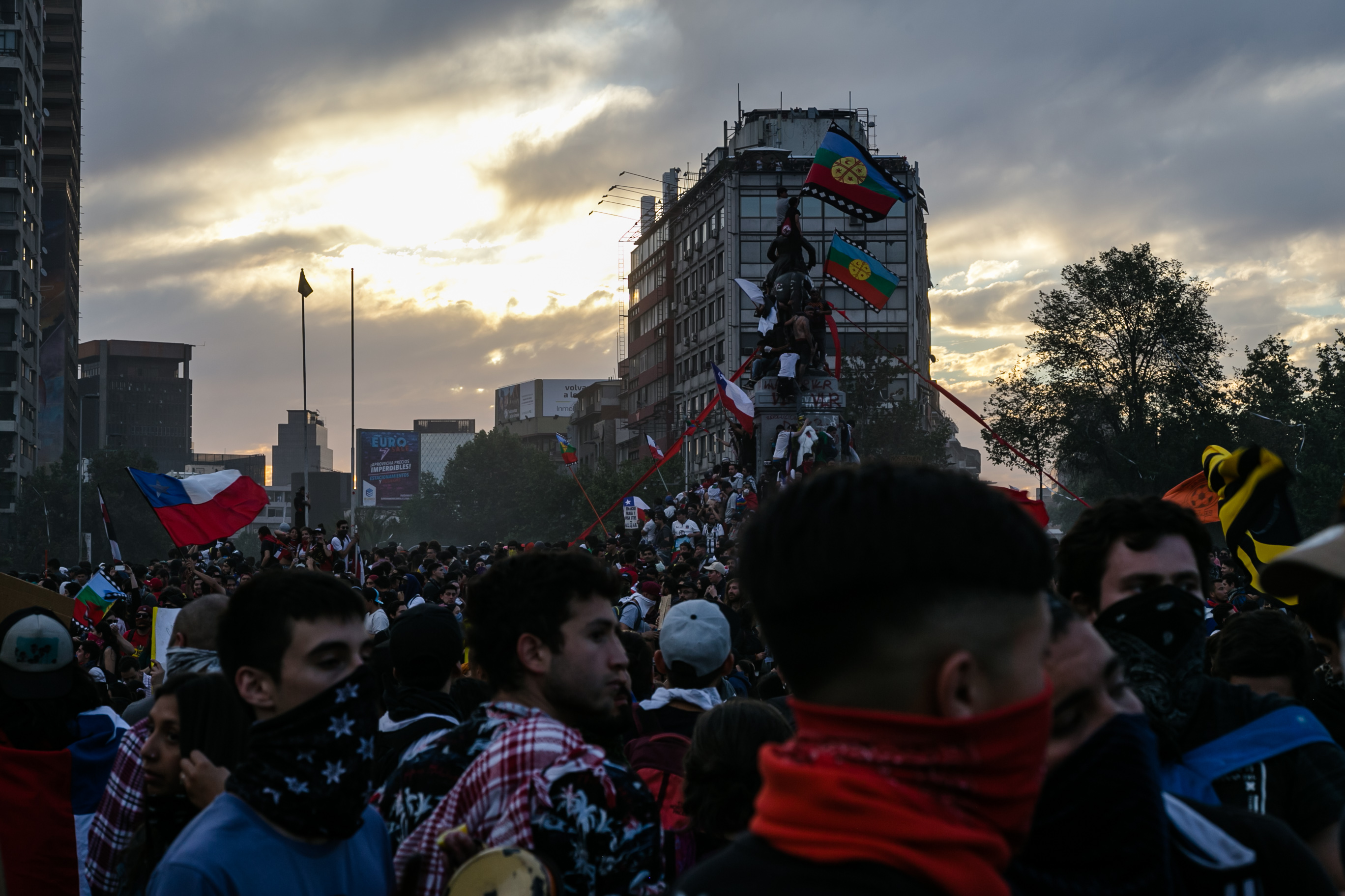 Distintos gremios, organizaciones de la sociedad civil y ciudadanos de Santiago y otras partes de Chile se unieron a masivas protestas en todo el país en busca de cambios en la clase política.