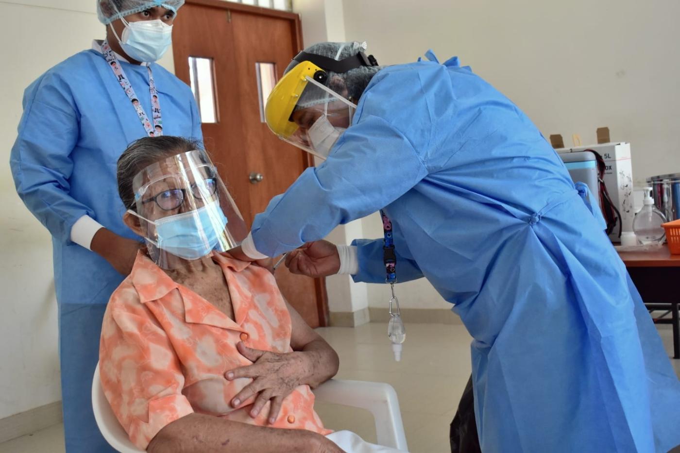 Pocas dosis y demoras en vacunación de adultos mayores en 23 regiones | Ojo  Público