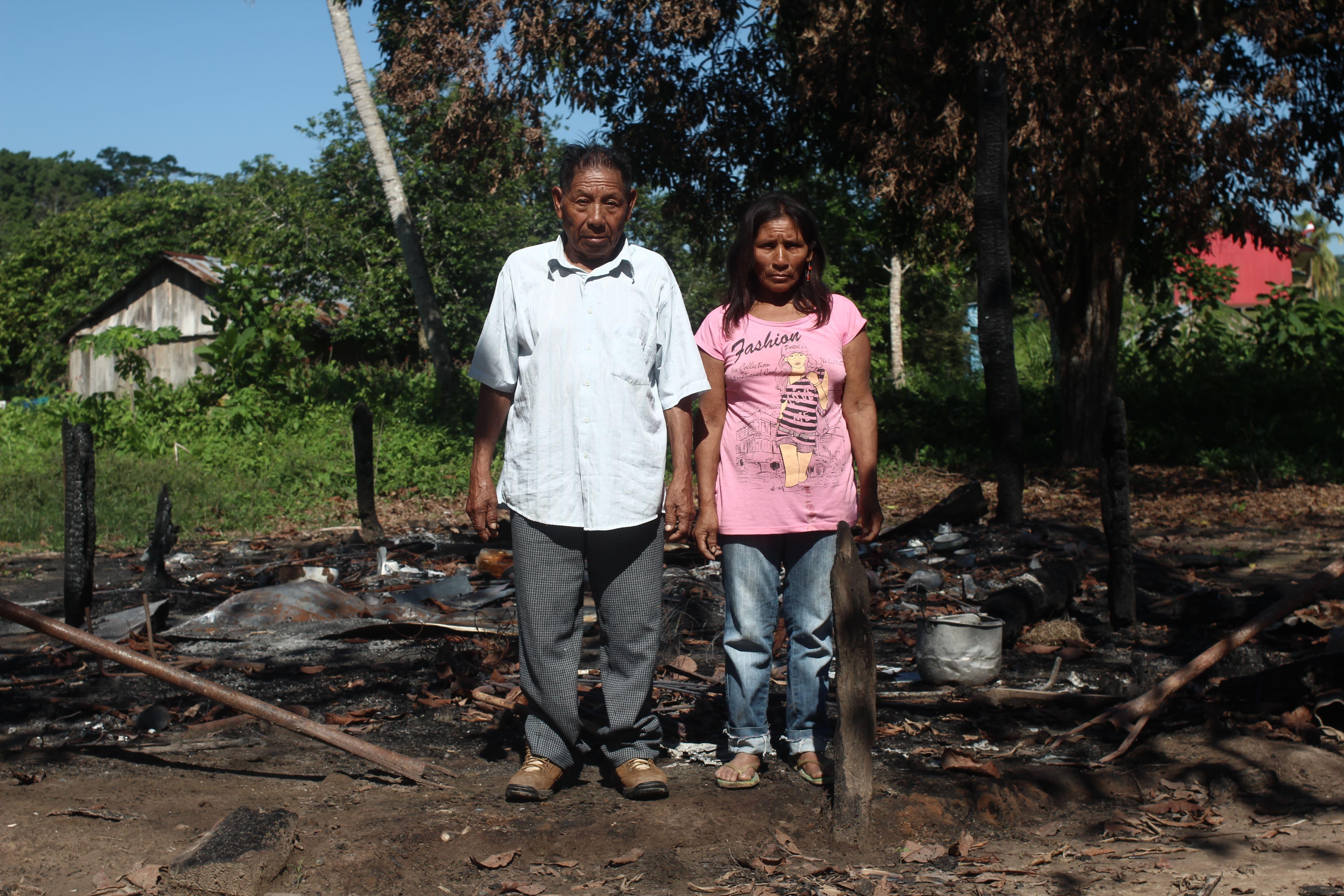 Familia Roque y las cenizas de su casa incendiada en una incursión de indígenas en aislamiento. Lali Houghton, 2014.