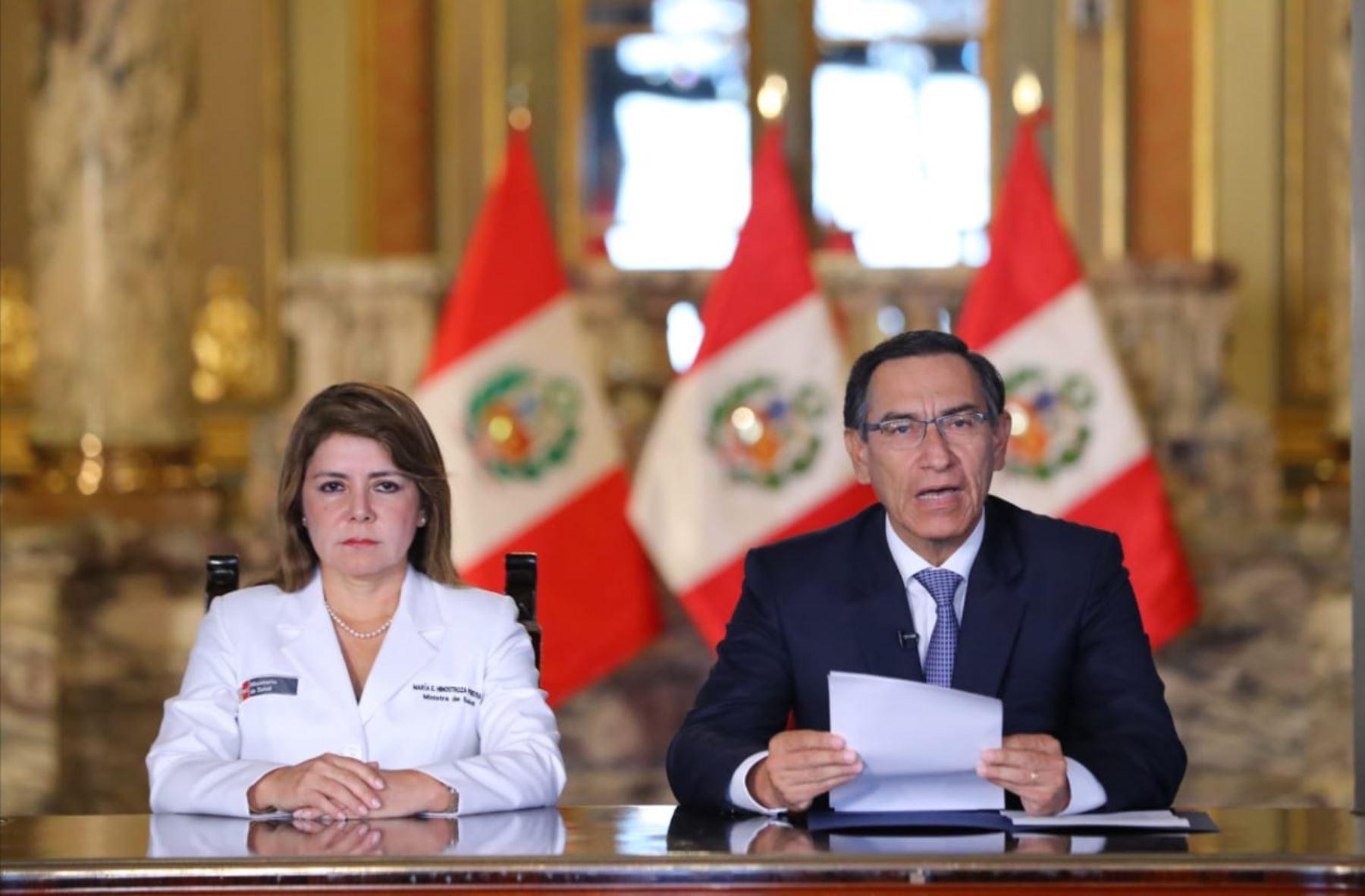 Martín Vizcarra, presidente de la República y Elizabeth Hinostroza, ministra de Salud.