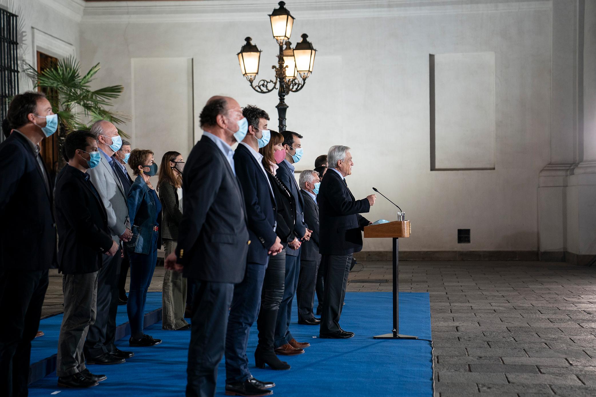 """Desde el Palacio de la Moneda el presidente de Chile Sebastián Piñera destaca la elección democrática realizada el último fin de semana en su país y señala que los resultados han sido un claro mensaje para el Gobierno y las fuerzas políticas tradicionales de que no estaban en """"sintonía"""" con las demandas de toda la ciudadanía."""