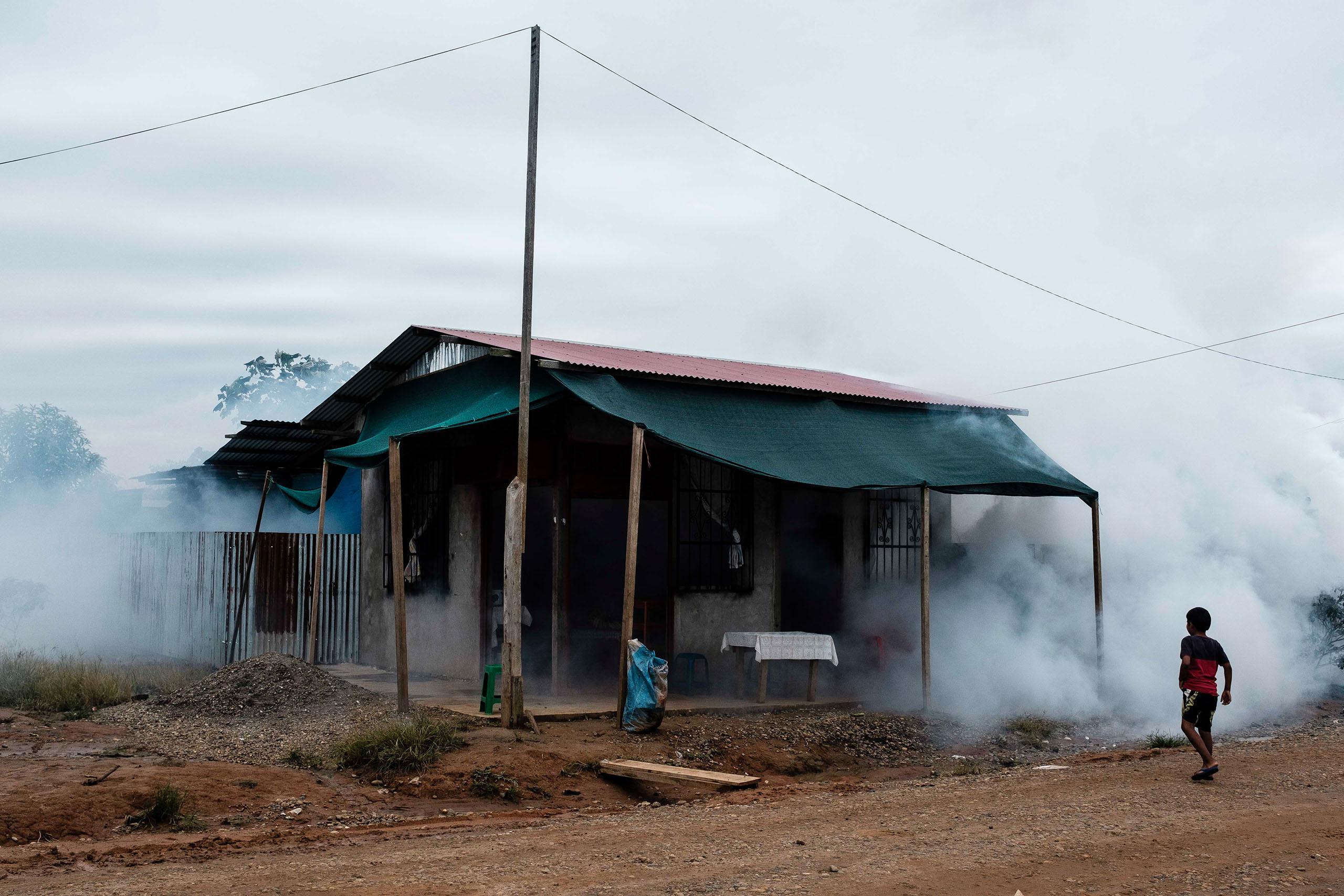 FUMIGACIÓN.Centro poblado de La Joya, en Puerto Maldonado. Debido a proliferación del vector que transmite la enfermedad, las autoridades fumigaron varias zonas. (Foto: Óscar Rosario Ylataype)