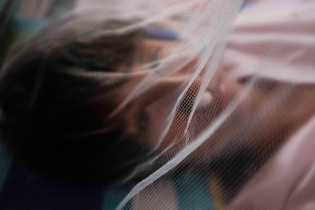 EN RIESGO. En el Hospital Santa Rosa de Puerto Maldonado los pacientes están expuestos a otras variantes del dengue que pueden empeorar su situación, por eso los protegen con mallas. (Fotos: Óscar Rosario Ylataype)