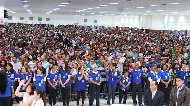 CONTRA LA SALUD. Los centros religiosos siguen convocando a miles de fieles en Brasil, a pesar de las restricciones y los riesgos de contagio.